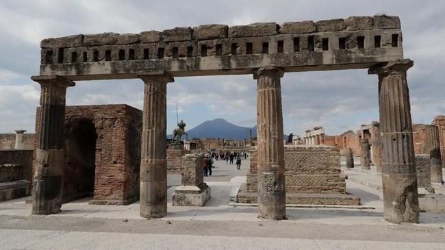 Masih banyak puing yang menjadi sisa nyata keindahan Gunung Pompeii di Italia yang meletus ribuan tahun lalu. (REUTERS/Ciro De Luca)