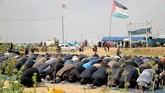 Para pengunjuk rasa menuntut berakhirnya blokade keamanan yang diberlakukan di Gaza oleh Israel dan Mesir. (REUTERS/Mohammed Salem)