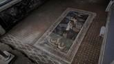 Penemuan lain berupa mosaik yang indah, menggambarkan Zeus selaku Dewa Yunani. (REUTERS/Ciro De Luca)