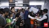 Meski matahari terik, mereka tetap menunggu di pintu masuk stasiun yang akan dibuka pukul 11.00 WIB. Karena hari ini merupakan kesempatan terakhir masyarakat dapat naik MRT secara gratis. (CNN Indonesia/Hesti Rika)
