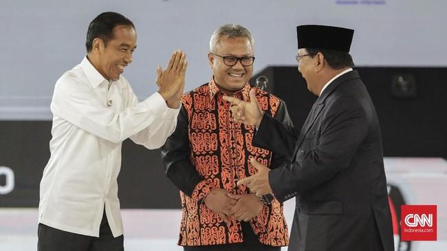 Capres nomor urut 01 Joko Widodo (kiri) dan capres nomor urut 02 Prabowo Subianto berjabat tangan saat mengikuti debat capres putaran keempat di Hotel Shangri La, Jakarta, Sabtu, 30 Maret 2019. CNNIndonesia/Adhi Wicaksono.