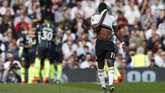 Gelandang Fulham Floyd Ayite menutup muka dengan kaus. The Cottagers yang mengalami kekalahan kedelapan secara beruntun berada di peringkat ke-19 dengan 17 poin dan kian mendekati degradasi. (Action Images via Reuters/Paul Childs)