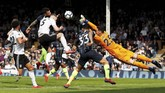 Unggul dua gol dalam waktu 11 menit, Man City berupaya mencetak gol tambahan. Upaya Nicolas Otamendi tidak berujung gol. (Action Images via Reuters/Paul Childs)