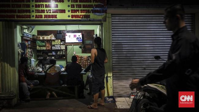 Sejumlah warga Karet Tengsin nonton bareng debat capres keempat di sebuah warung makan, Jakarta, 30 Maret 2019. Debat keempat capres kali ini membahas tema ideologi, pemerintahan, pertahanan dan keamanan, serta hubungan internasional. (CNN Indonesia/ Hesti Rika)