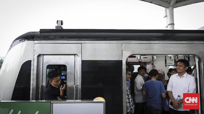 Hingga Minggu (31/3) pagi, Peraturan Gubernur (Pergub) soal tarif MRT belum dirilis meski Anies menyatakan sudah selesai membuat aturan itu sejak Jumat (29/3) sore. (CNN Indonesia/Hesti Rika)