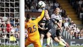 Sergio Aguero mencetak gol pada menit ke-11 dan mengubah kedudukan menjadi 2-0. (REUTERS/David Klein)