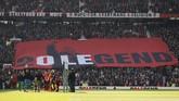 Fan Manchester United membentangkan spanduk Ole Gunnar Solskjaer jelang pertandingan melawan Watford. Solskjaer menjalani laga pertama setelah dipastikan menjadi manajer tetap di Man United. (Action Images via Reuters/Jason Cairnduff)