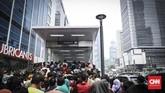 Masyarakat berbondong-bondong mengantre di depan pintu masuk Stasiun MRT Jakarta di Bundaran Hotel Indonesia, Jakarta Pusat, pada Minggu (31/3). (CNN Indonesia/Hesti Rika)