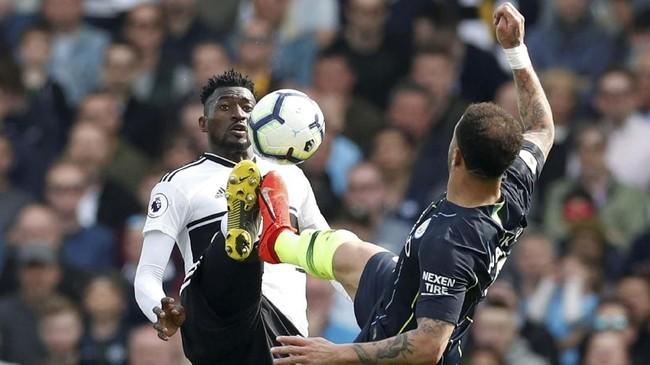 Gelandang Fulham Andre-Frank Zambo Anguissa berebut bola dengan full back Manchester City Kyle Walker. Fulham butuh poin untuk keluar dari zona degradasi, Man City perlu tambahan angka untuk mempertahankan gelar juara. (REUTERS/David Klein)