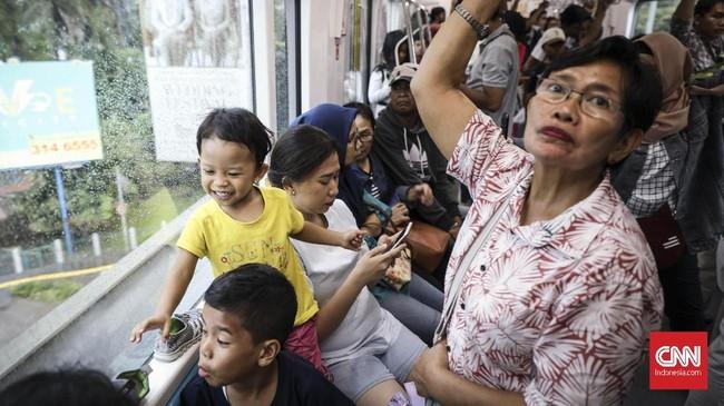 PT MRT Jakarta juga telah merilis aplikasi MRT-J yang bisa di-install pada sistem operasi Android maupun iOS. Pengguna aplikasi dapat mengetahui waktu tempuh antarstasiun dan gerai-gerai yang terdapat di setiap stasiun. (CNN Indonesia/Hesti Rika)