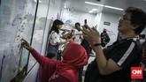 Terhitung mulai 1 April 2019, masyarakat yang akan menggunakan layanan MRT Jakarta akan dikenakan biaya perjalanan. (CNN Indonesia/Hesti Rika)