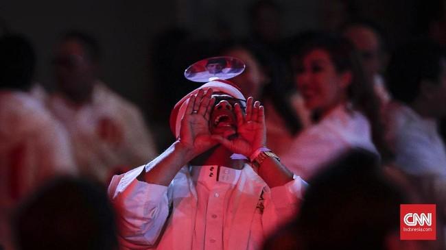 Pendukung Capres nomor urut 01 Joko Widodo mengikuti debat capres putaran keempat di Hotel Shangri La, Jakarta, Sabtu, 30 Maret 2019. CNNIndonesia/Adhi Wicaksono.