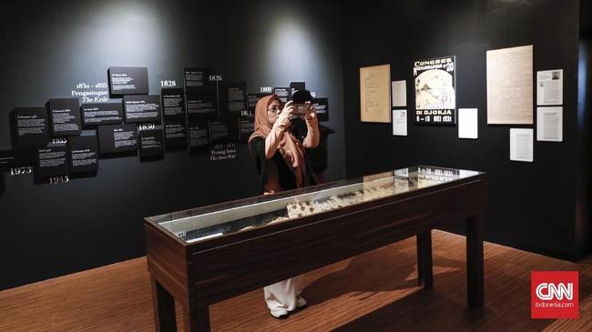 Selain ruang tahanan Pangeran Diponegoro, catatan sejarah dan pakaian milik Diponegoro ikut dipamerkan juga. (CNNIndonesia/Safir Makki)
