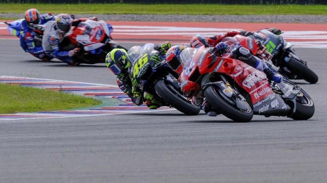 Andrea Dovizioso yang sukses menjuarai MotoGP Qatar tak mau kalah dengan Rossi. Duel sengit kedua tim berlanjut hingga lap terakhir MotoGP Argentina 2019. (REUTERS/Rafael Marrodan)