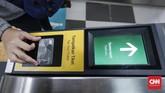 Beberapa mesin pemindai kartu elektronik mengalami kerusakan yang mengakibatkan terganggunya mobilitas penumpang. (CNNIndonesia/Safir Makki).