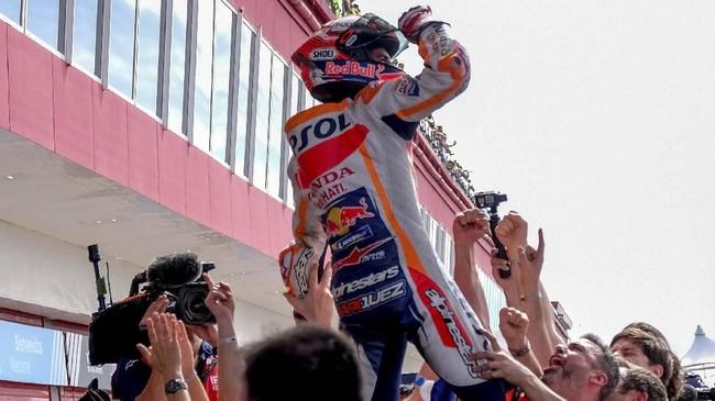 Marc Marquez diarak-arak oleh rekan setimnya di Repsol Honda usai menjuarai MotoGP Argentina 2019. (REUTERS/Rafael Marrodan)