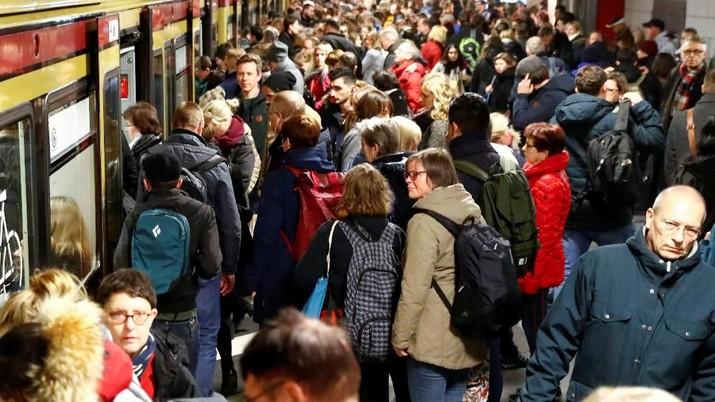 Wah! Mogok Massal Supir Bus, Penumpang Kereta Menyemut
