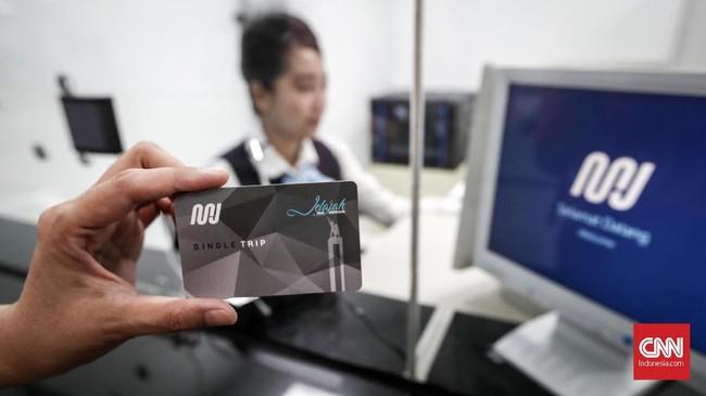 Mulai 1 April 2019, Mass Rapid Transit (MRT) Jakarta beroperasi secara komersial dan memberlakukan tarif resmi kepada penumpang.(CNNIndonesia/Safir Makki).