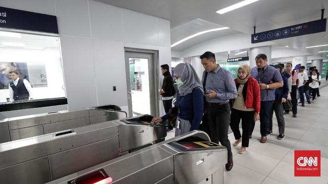 PT Moda Raya Terpadu (MRT) Jakarta memberi diskon tarif perjalanan angkutan sebesar 50 persen dari tarif normal selama April 2019. (CNNIndonesia/Safir Makki).