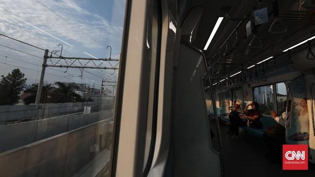 Pemberian diskon tarif sebesar 50 persen dilakukan sebagai bentuk kampanye transportasi publik. (CNNIndonesia/Safir Makki).