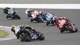 Valentino Rossi berhasil menyalip Andrea Dovizioso di tikungan ketujuh lap terakhir sekaligus mengakhiri MotoGP Argentina di posisi kedua di belakang Marc Marquez yang melesat sendirian. (AP Photo/Nicolas Aguilera)