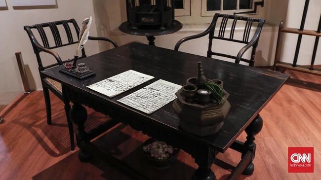 Selama 26 hari, Diponegoro menulis dua surat kepada keluarga dekatnya, sambil mengunyah sirih meminum obat jamu untuk mengobati demam malaria. (CNNIndonesia/Safir Makki)