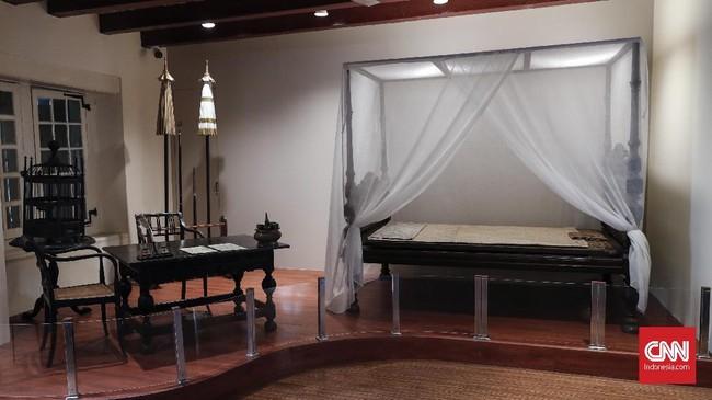 Sebuah tempat tidur dan meja kerja yang digunakan Pangeran Diponegoro saat ditahan selama 26 hari di Balai Kota Batavia yang dikenal saat ini sebagai Museum Sejarah, Jakarta, Senin, 1 April 2019. Pameran ini merupakan bagian dari Pameran 400 tahun Jakarta Kosmopolitan. (CNNIndonesia/Safir Makki)