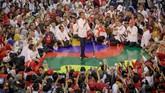 Calon Presiden nomer urut 01 Joko Widodo berorasi pada kampanye terbuka di Palembang. Kampanye Capres 01 ini dihadiri ribuan pendukung dari berbagai kabupaten dan kota di Provinsi Sumsel. (ANTARA FOTO/Feny Selly/hp)