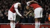 Alexandre Lacazette (kiri) melakukan selebrasi gol bersama Pierre-Emerick Aubameyang yang menjadi pengirim assist atas gol kedua Arsenal. (AP Photo/Kirsty Wigglesworth)