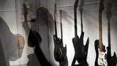 Berbagai bentuk dan jenis gitar listrik dipamerkan dalam 'Play It Loud: Instruments of Rock & Roll'. (AP Photo/Seth Wenig)