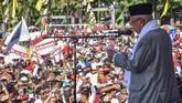 Calon Wakil Presiden nomor urut 01 Ma'ruf Amin menyampaikan pidatonya pada kampanye terbuka di Lapangan Nasional Selong, Lombok Timur, NTB. Ma'rufmenyebutPilpres bukan perang tapi kontestasi. (ANTARA FOTO/Ahmad Subaidi/hp)