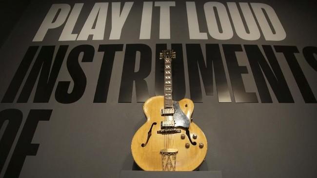 Gitar satu ini biasa dimainkan oleh pionir musik rock an roll, Chuck Berry. Ia meninggal pada Maret 2017. (AP Photo/Seth Wenig)