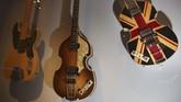 Begitu banyak cerita dan rahasia di balik berbagai instrumen musik yang terpajang dalam eksebisi 'Play It Loud: Instruments of Rock & Roll' di New York. (AP Photo/Seth Wenig)