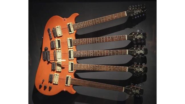 Gitar buatan khusus dengan lima leher sekaligus, dipakai oleh Rick Nielsen dari Cheap Trick, sebuah band rock asal AS yang pertama kali meraih sukses di Jepang pada 1977. (AP Photo/Seth Wenig)
