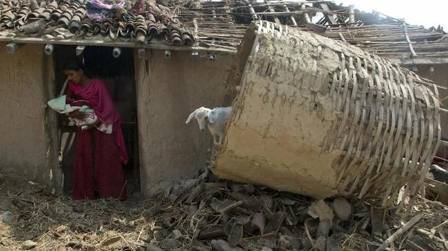 Kerusakan akses jalan ke daerah terdampak dilaporkan mempersulit upaya penyelamatan. (AP Photo/Niranjan Shrestha)