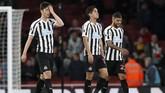 Yoshinori Muto, DeAndre Yedlin, dan Ki Sung-yueng tak dapat menyembunyikan ekspresi kekecewaan. Kalah dari Arsenal, Newcastle United kini berada di peringkat ke-14 dengan 35 poin atau hanya berjarak tujuh poin dari zona degradasi. (REUTERS/David Klein)