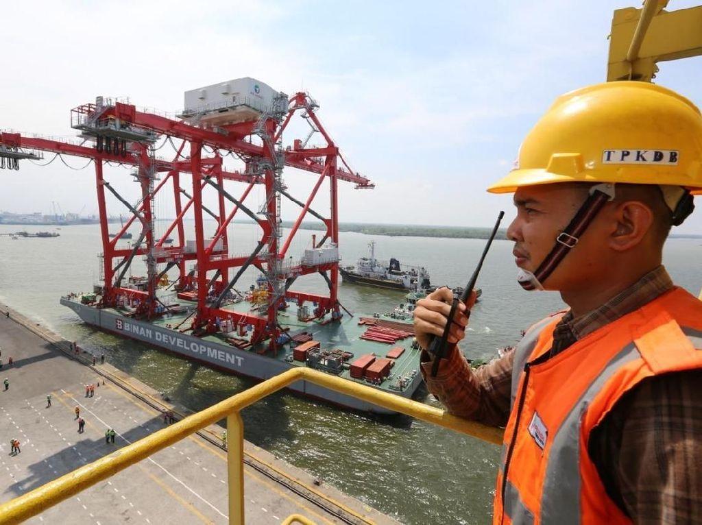 Petugas Pelindo I memeriksa proses pemindahan ship to shore crane dari kapal ke Terminal Peti Kemas Domestik Belawan (TPKDB) di Medan, Sumatera Utara, Senin (1/4/2019).