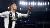 Penyerang Juventus Cristiano Ronaldo mendapat bayaran €113 juta atau setara Rp1,8 triliun tahun ini dari gaji di I Bianconeri dan sponsor seperti Nike, Castrol, dan Armani. (REUTERS/Alberto Lingria)