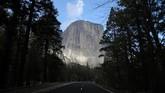 Selain Lembah Yosemite ada kawasan batu granit yang bernama El Capitan, yang menjadi tempat favorit pemanjat.