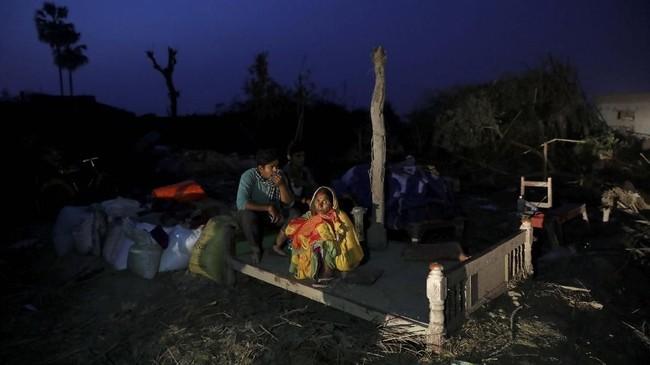 Sekitar 25 orang tewas akibat badai besar yang menerjang Bara, daerah selatan Nepal, pada Minggu (31/3) malam. (REUTERS/Navesh Chitrakar)