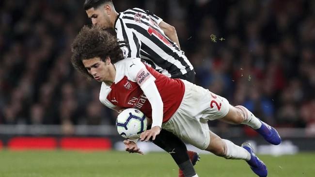 Pemain tengah Arsenal Matteo Guendouzi berduel dengan gelandang Newcastle United Ayoze Perez. (REUTERS/David Klein)