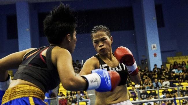 Pukulan telak Huang Wensi mendarat ke pipi kiri Jarusiri Rongmuangdan membuat lawannya limbung dan menang TKO.Ia menolak dijuluki Raja Tinju, melainkan Ratu Tinju. (REUTERS/Yue Wu)