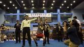 Huang Wensi loncat kegirangan usai dinyatakan menang TKO atas petinju wanita asal Thailand. Ia langsung melakukan panggilan video untuk mengabarkan soal gelar juara kepada putranya yang baru 2,5 tahun. (REUTERS/Yue Wu)