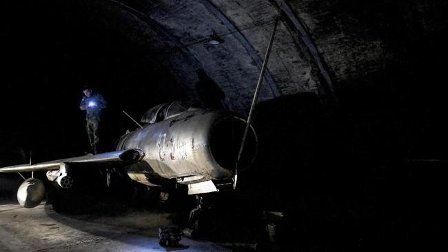 Pangkalan itu ditutup pada 2000 lalu. Namun, beberapa mantan petinggi angkatan udara Albania masih kerap bernostalgia di lokasi itu. (Photo by Gent SHKULLAKU / AFP)