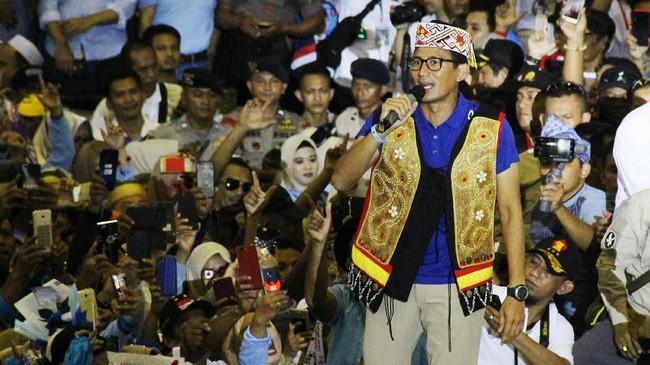 Cawapres nomor urut 02 Sandiaga Uno berorasi saat menggelar kampanye terbuka di GOR Pangsuma Pontianak, Kalimantan Barat, Selasa (2/4/2019). Sandiaga Uno menjanjikan akan mewujudkan swasembada pangan jika terpilih pada Pemilu 17 April 2019. (ANTARA FOTO/HS Putra/jhw/aww)