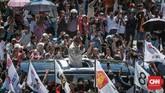 Warga menyambut dengan antusias Capres nomor urut 02, Prabowo Subianto sat tiba di lokasi kampanye Akbar, di Pantai Cimpago, Padang. (CNN Indonesia/Andry Novelino)