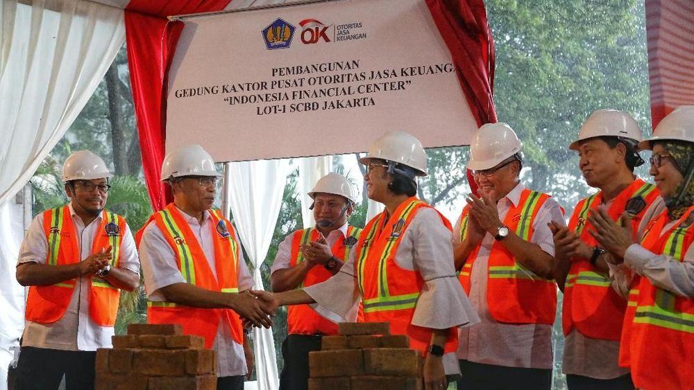 Pembangunan kantor OJK pusat ini dilakukan di atas lahan milik Kementerian Keuangan.