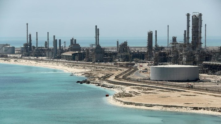 FILE PHOTO: Saudi Aramco's Ras Tanura oil refinery and oil terminal in Saudi Arabia, May 21, 2018. REUTERS/Ahmed Jadallah/File Photo