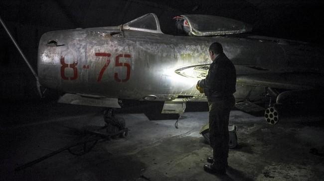 Peninggalan persenjataan ini adalah warisan dari masa kepemimpinan diktator Albania, Enver Hoxha. Selama empat dasawarsa memimpin, dia menjadikan kekuatan militer negara itu sebagai yang paling kuat di kawasan Balkan. (Photo by Gent SHKULLAKU / AFP)