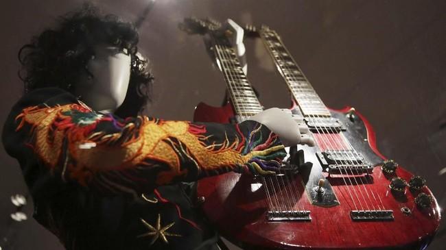 Gitar ini, yang memiliki dua leher, yang kerap dipakai oleh Jimmy Page dari band legendaris Led Zeppelin. (AP Photo/Seth Wenig)